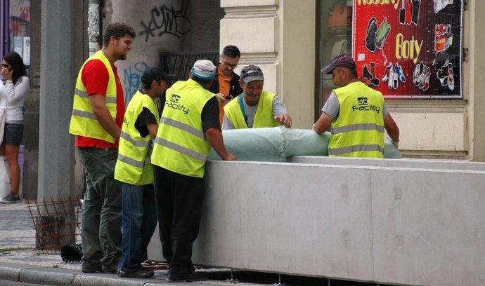 Truhlíky na Praze 5 se po několika měsících, kdy zely prázdnotou, naplní hlínou