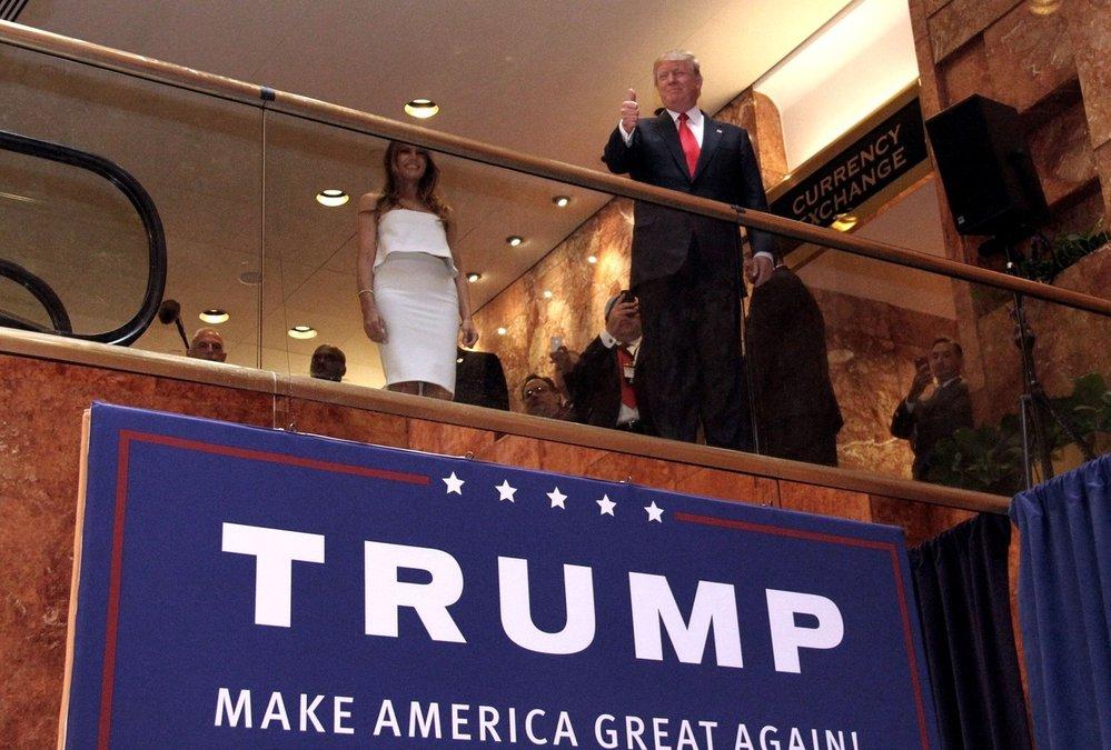 Realitní magnát Donald Trump oznamuje svou kandidatůru na prezidenta v roce 2016. Oznámení proběhlo v mrakodrapu Trump Tower na Páté avenue v New Yorku 16. června 2015.