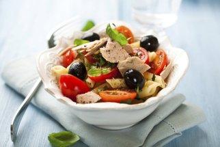 Teplý zeleninový salát na zahřátí: Čočkový s batáty, brokolicový i tuňákový