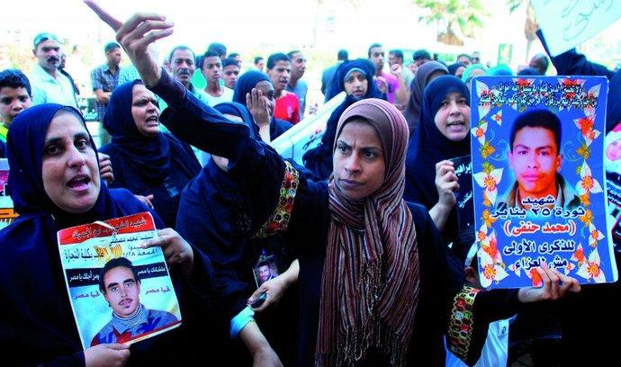 Tuniské ženy truchlí za syny amanžely, kteří zemřeli při konfrontacích sminulým režimem...