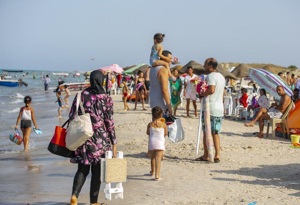 Koronavirus v Tunisku: Tunisané tráví volný čas na plážích poté, co se pomalu rozvolňují protiepidemická opatření (24.8.2021)