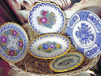 Čelně je jeden z nejstarších malovaných talířů Boženy Kovaříkové.