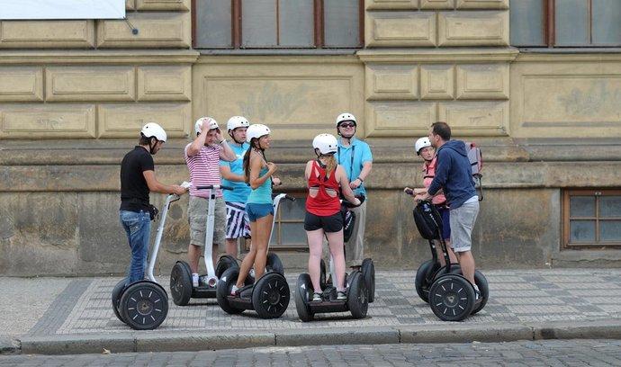 Turisté na segwayích v centru Prahy