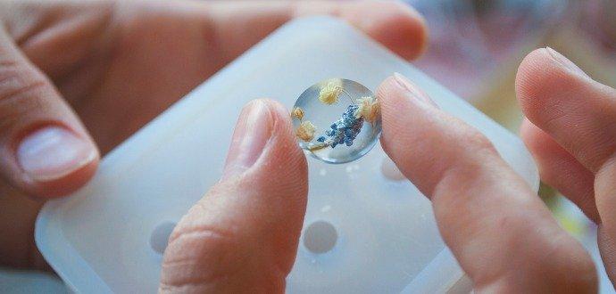Vyrobte si šperky ako z krištáľu. S trblietavou živicou za pár eur