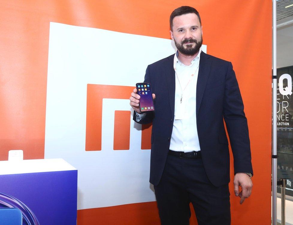 Viktor Hájíček poskytl rozhovor Blesku na otevíračce nejmodernějšího MI store v České republice v Pardubicích.