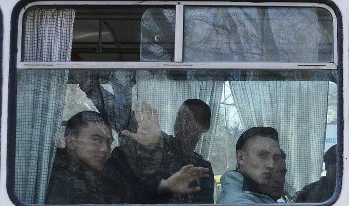 Ukrajinští vojáci opuští Krym