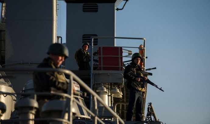 ukrajinští vojáci střeží námořní loď v Sevastopolu