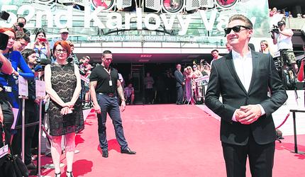 Na červeném koberci s Jeremym Rennerem.