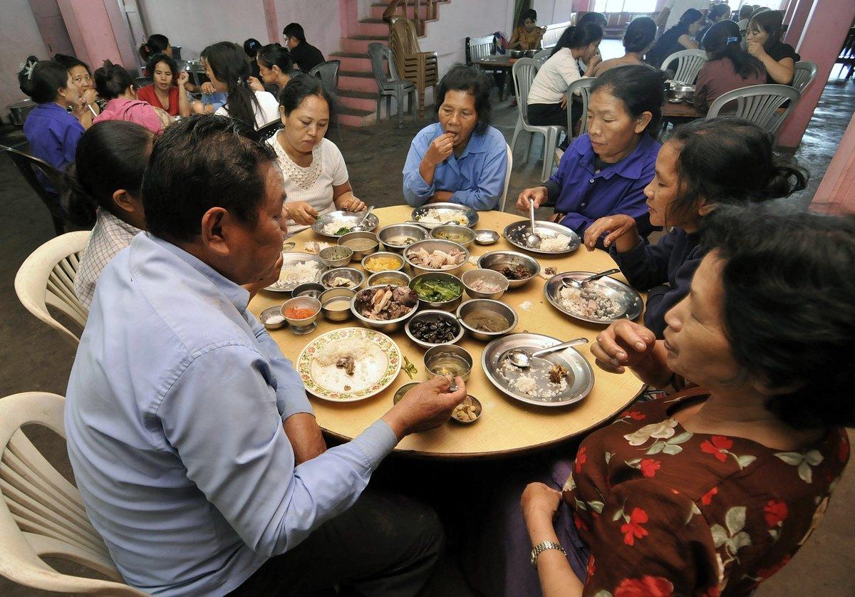Zatímco on a jeho ženy hodovali u stolu...