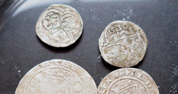 Součástí expozice bude i druhý zajímavý nález z ledna 2020. Jde o 62 mincí z 16.století.