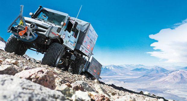Terénní náklaďáky Unimog vyjely k vrcholu And