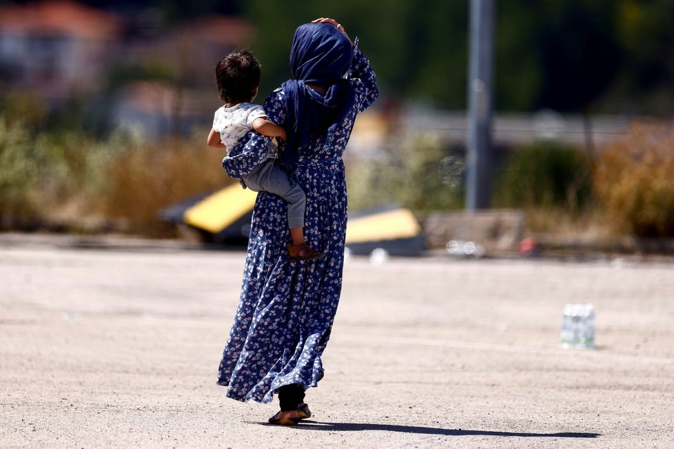 Afghánci odvezení do bezpečí v táboře Červeného kříže, Avezzano, Itálie.