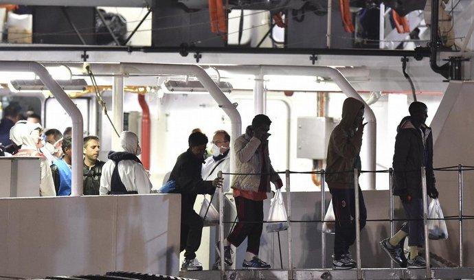 Uprchlíci z Libye, kterým se podařilo dorazit k italské pevnině (20. dubna 2015)