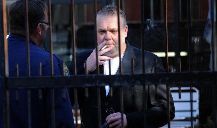 Uprchlý český podnikatel Radovan Krejčíř kouří cigaretu před budovou pretorijského soudu