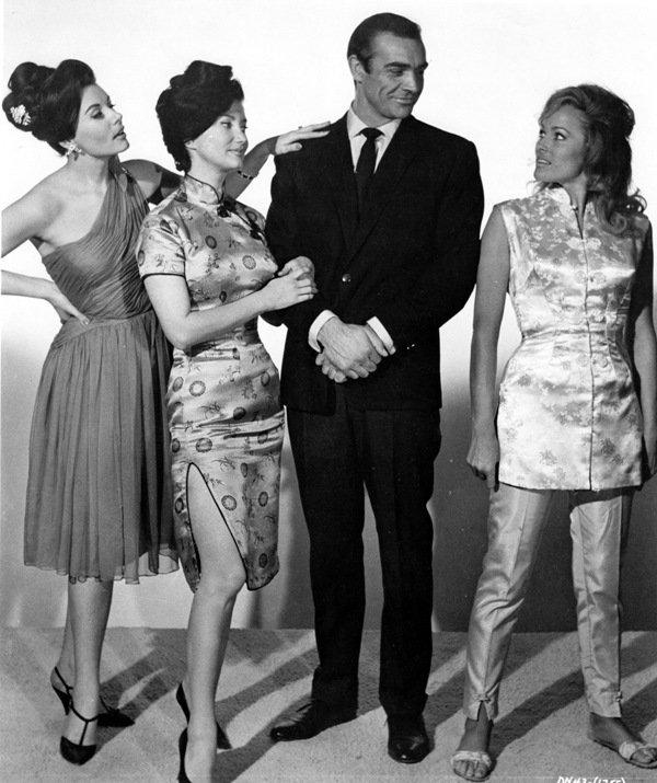 Bond a jeho holky. Ursula Andress vpravo.