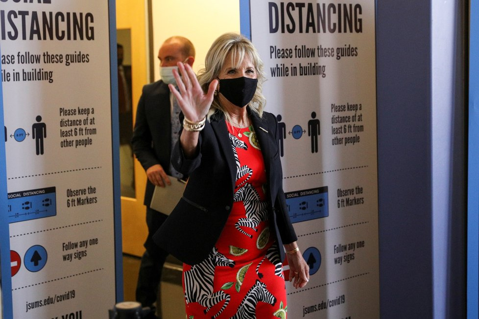 Koronavirus v USA: První dáma Jill Bidenová na návštěvě v očkovacím centru