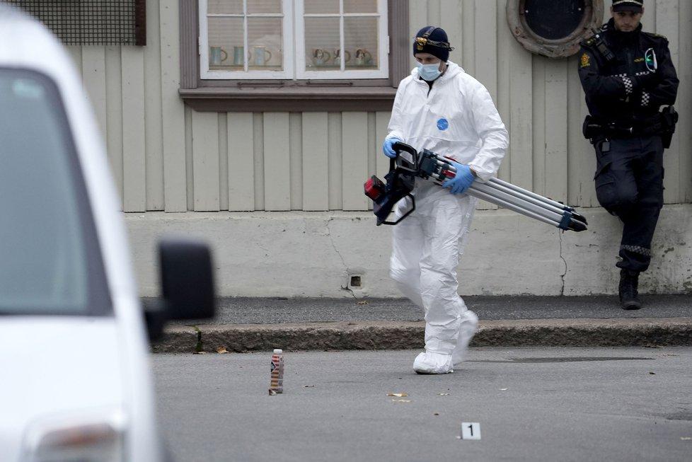 Útočník ozbrojený lukem a šípy v norském městě Kongsberg zabil několik lidí.
