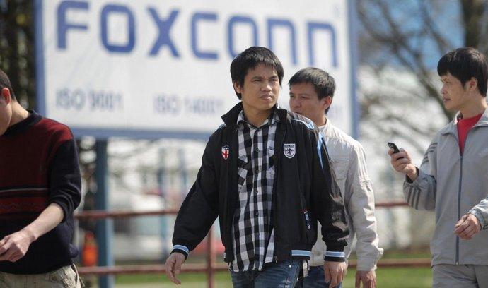 V české továrně Foxconn prscují i zahraniční dělníci
