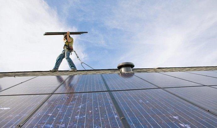 V případě, že sedmdesát procent elektřiny získá rodina z domácí fotovoltaiky na střeše rodinného domu, ušetří za rok zhruba čtrnáct tisíc korun.