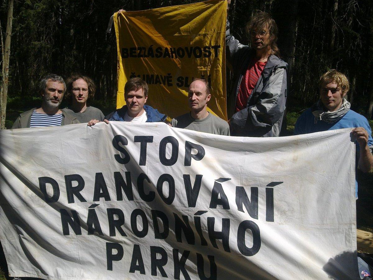 Herec Vacek (vlevo) drží transparent.