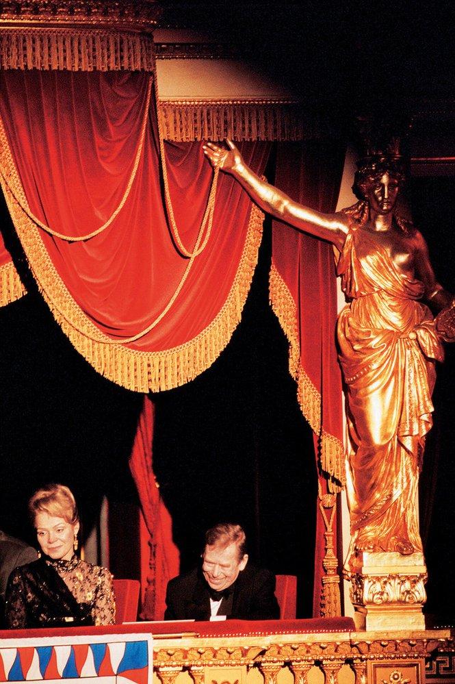 Smanželkou Dagmar při sledování rozlučkového večera Pocta  Václavu Havlovi vNárodním divadle vlednu 2003
