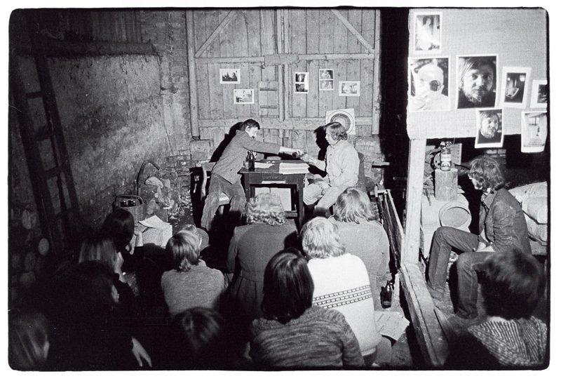 Autor ajeho režisér Andrej Krob vdivadelním představení Audience,  které se hrálo vestodole uKrobů naHrádečku vrámci 2. Letní slavnosti.  Píše se rok 1976.