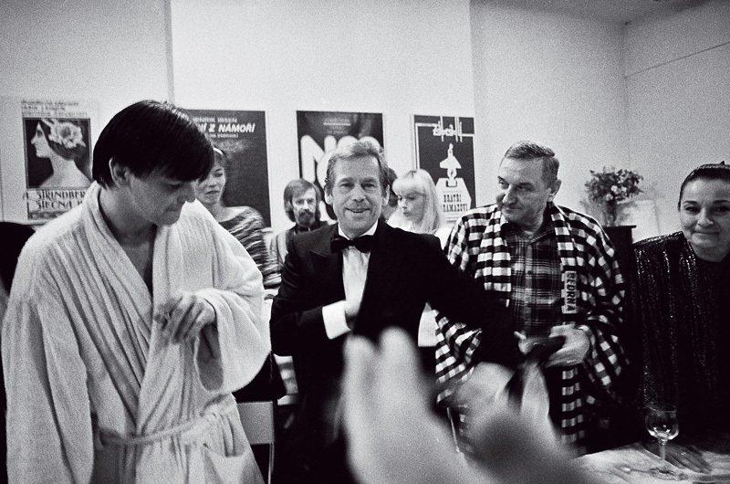 Oslava sherci Divadla Nazábradlí popremiéře hry Largo desolato vroce 1990
