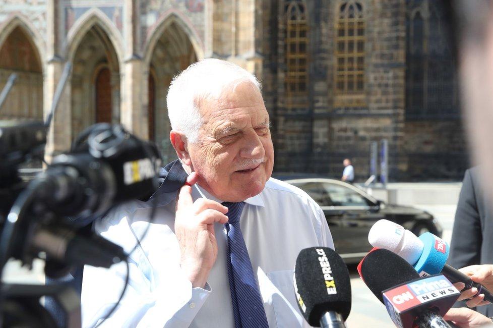 Václav Klaus při příchodu na svoji oslavu.