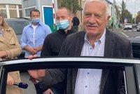 Václav Klaus (80) opustil nemocnici, tlak se mu zlepšil. Za Zemanem dorazila manželka s dcerou