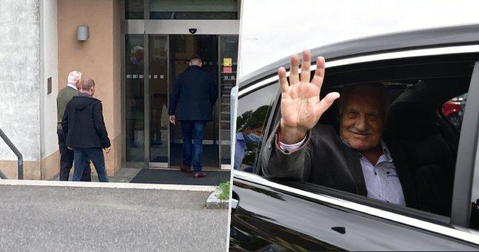 Klaus se vrátil do nemocnice. Exprezident přišel na kontrolu, navštívil i vyčerpaného Zemana
