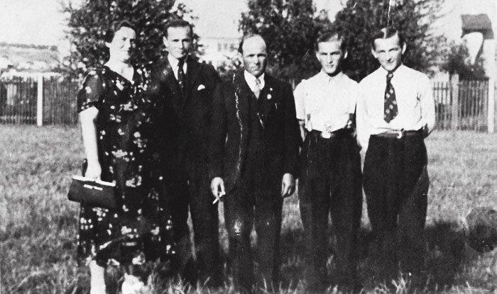 Sedláčkovi: mezi rodiči stojí nejstarší syn Josef, vedle otce Václav a Karel