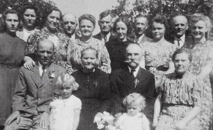 Dědeček s babičkou slaví v Recklinghausenu 50. výročí svatby už bez Václava a Karla. Snímek zachycuje jejich rodiče (otec první sedící zleva, nad ním matka) a také sestřenice Annu (první zleva) a Silvii (první zprava), které žijí v Ústí nad Labem.
