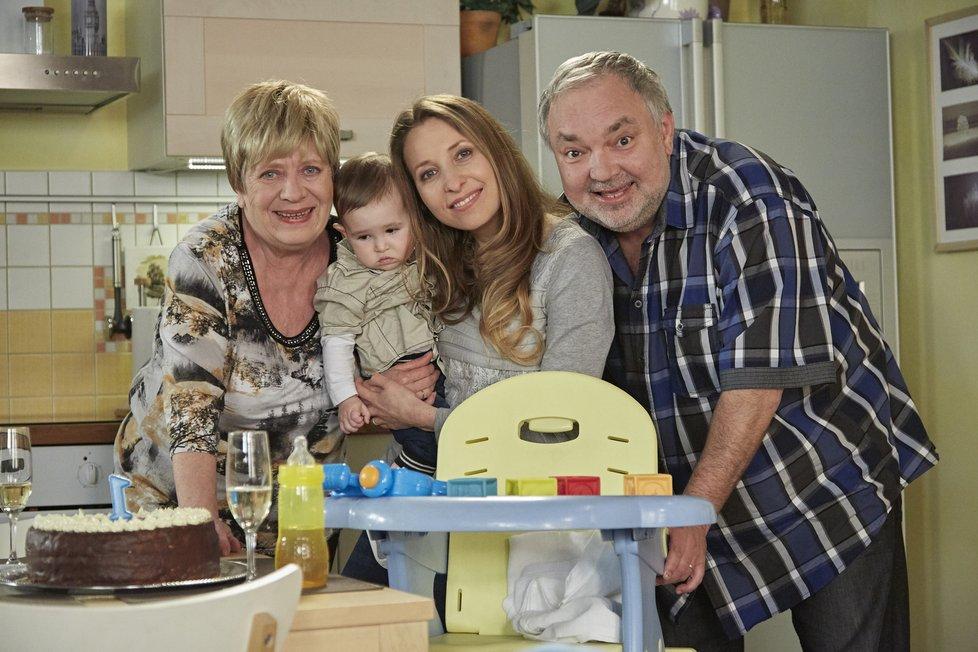 Se svou seriálovou rodinou a mámou Jaroslavou Obermaierovou coby Vilmou Nyklovou.