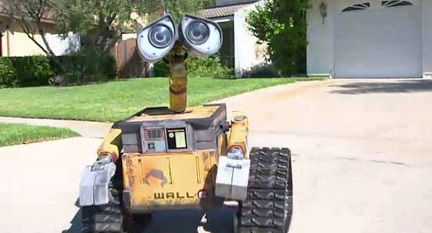 Chlápek si postavil robota Vall-I v životní Vell-I-kostI