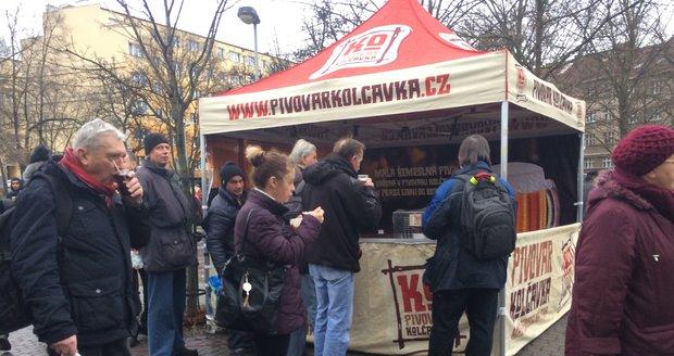 Na náměstí OSN se sešli lidé, aby si dali tradiční rybí polévku.