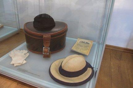 Magdiny klobouky na výstavě v roztockém muzeu.