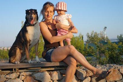 Pavla Polymnia Chocholoušová s dcerou a psem