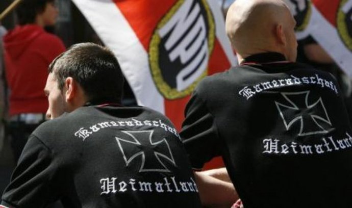 Ve volbách, které ve státě s hlavním městem Schwerin proběhly o uplynulém víkendu, sklidili radikálové 6 procent, tedy o bod méně než před čtyřmi lety. Přesto je to pro NPD úspěch –podruhé v řadě se dostali do zemského parlamentu, budou tedy zastoupeni skoro na každé radnici.