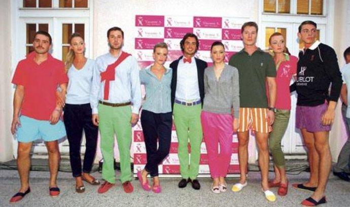 """Ve znamení barev. Modely ve stylu """"preppy"""" vhodné zejména pro volnočasové aktivity a sport, jako je golf, pólo či tenis, přijel do Prahy představit vikomt Marcy de Soultrait (uprostřed)"""