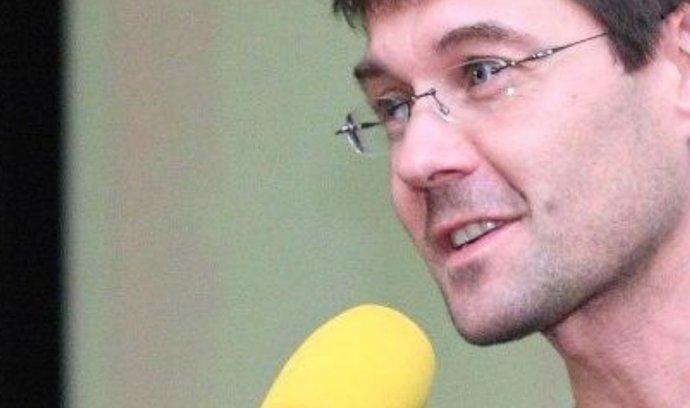 Vedení vydavatelství Economia oficiálně dementovalo zprávu o odvolání Petra Šimůnka (42) z funkce šéfredaktora Hospodářských novin. Šimůnek bude ve funkci dále pokračovat, uvedla společnost v tiskové zprávě.