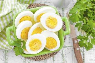 Co se zbylými uvařenými vejci? Připravte si vajíčkovou pomazánku nebo salát Nicoise