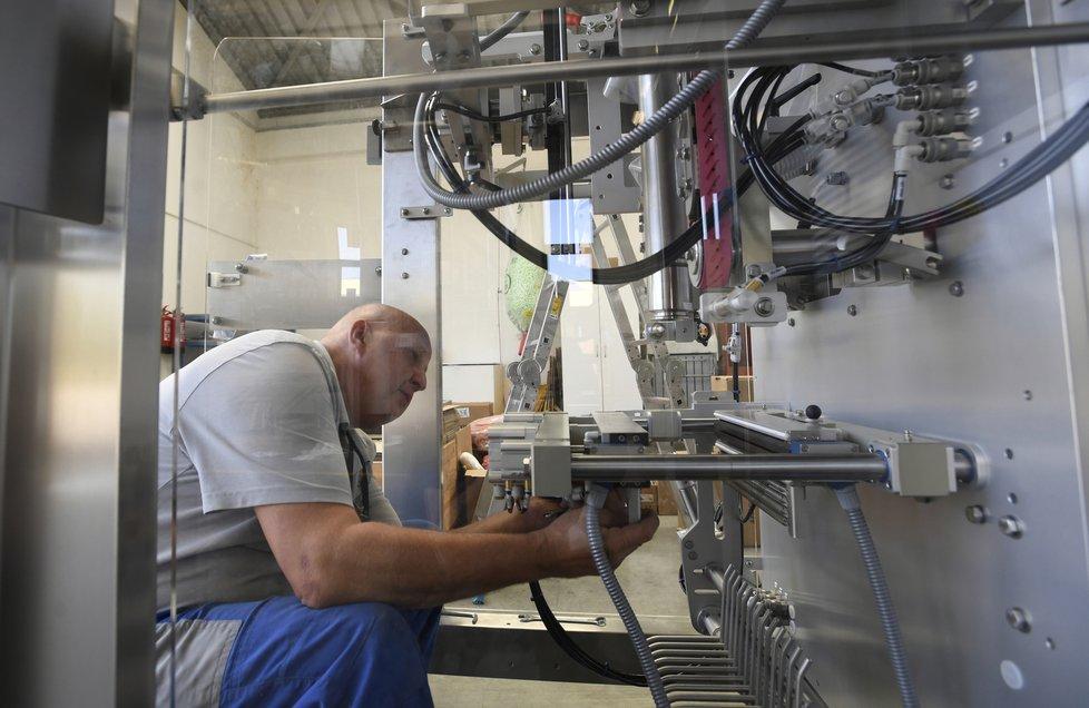 Firma Velteko vyrábí ve svém závodě ve Vlašimi balicí stroje