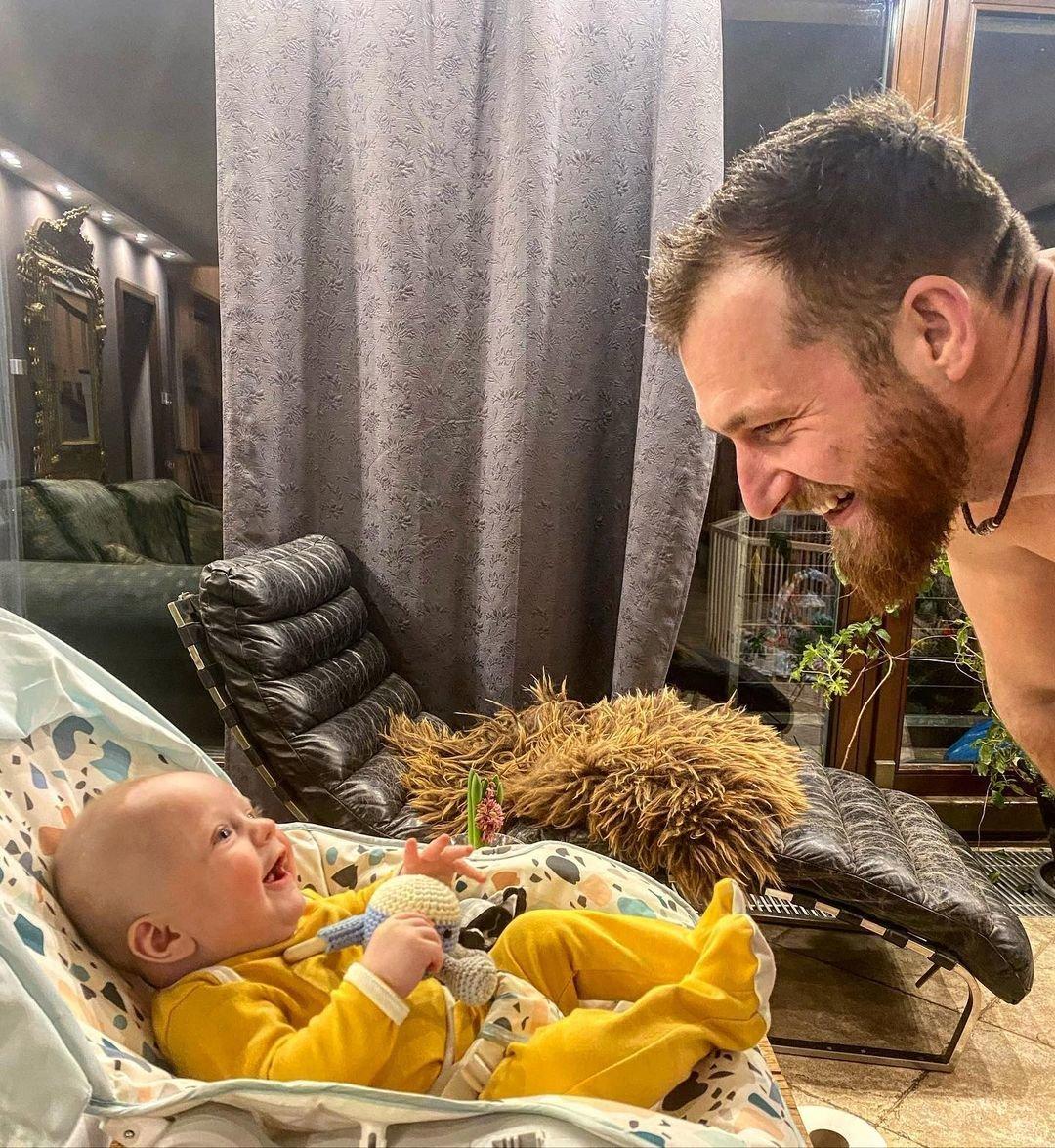 Vendula Pizingerová svěřila, že zatímco její muž si se synem rád hraje, povinnosti s uspáváním malého Josefa jsou na ní.