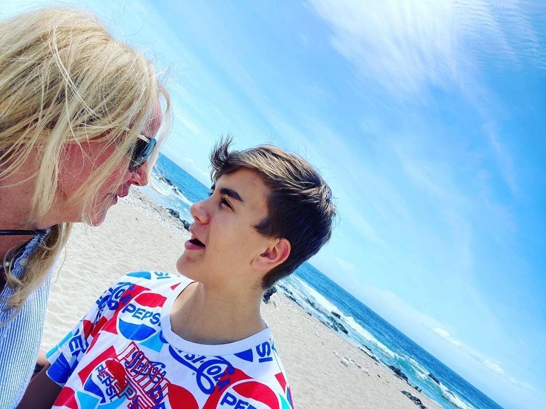 Vendula Pizingerová se synem Jakubem na pláži