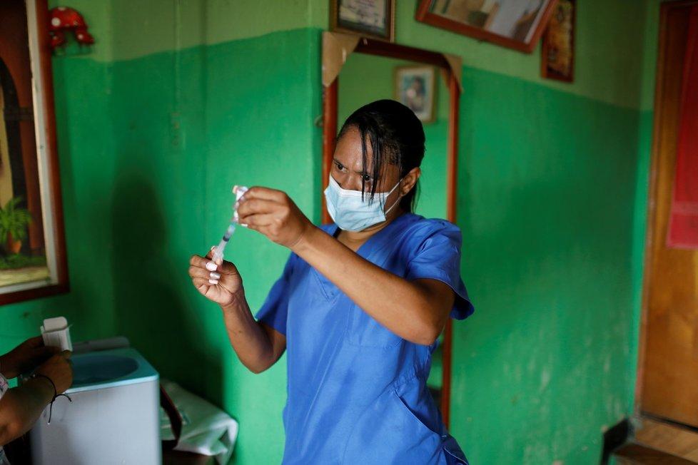 Zdravotníci ve Venezuele obchází domácnosti a očkují lidi (19.9.2021)