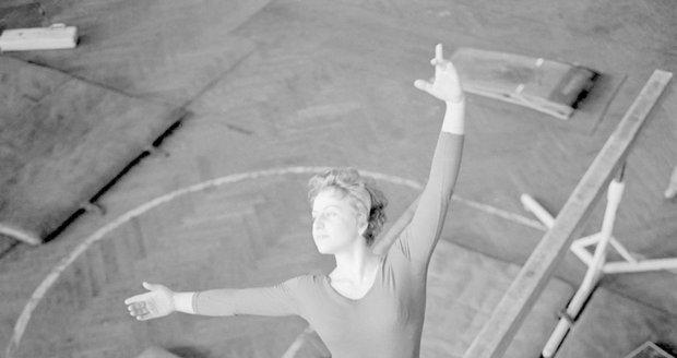 Věra Čáslavská trénovala na výjimečné klopené běžecké dráze v Paláci YMCA.