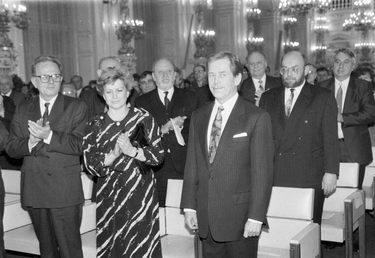 1992 Čáslavská vedle svého vzoru a chvíli i nadřízeného – exprezidenta Václava Havla.
