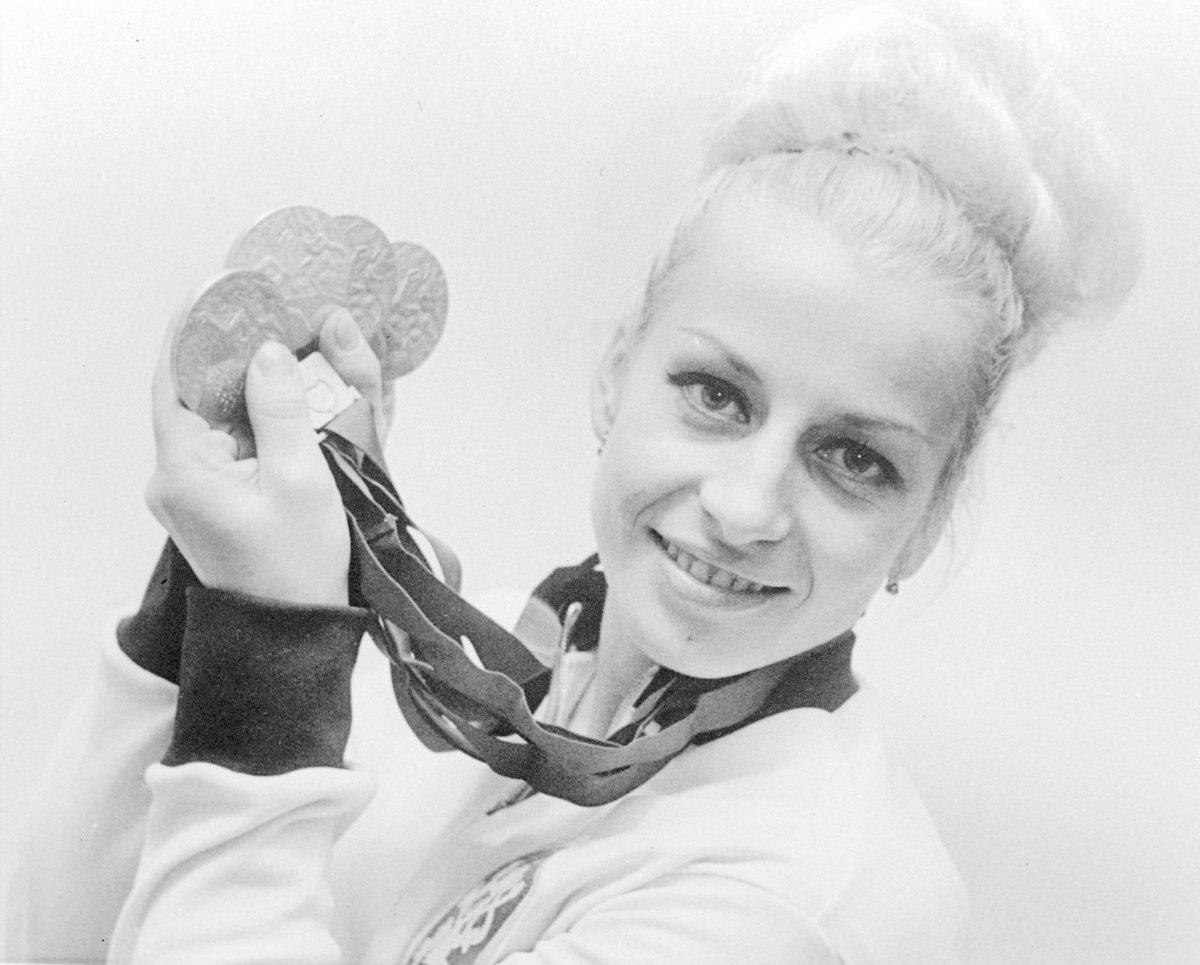 Věra Čáslavská ukazuje medaile, které získala na OH v Tokiu v roce 1964.