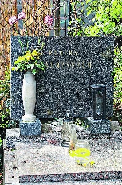 Takhle vypadá rodinný hrob v Černošicích dnes.