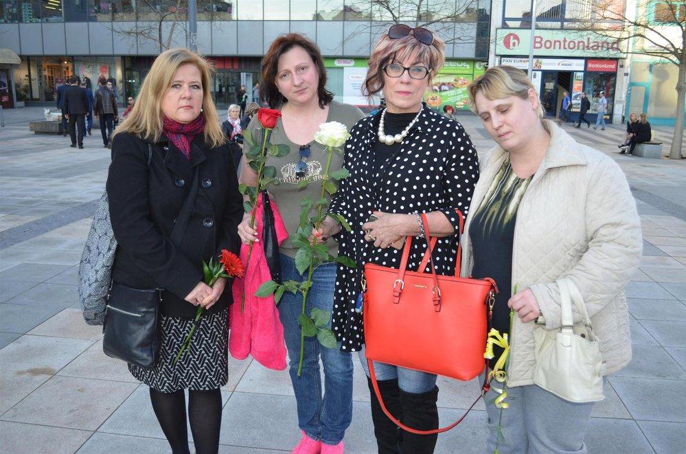 Fanoušci se s Věrou Špinarovou přišli rozloučit už teď. Nechybělo plno svíček ani květin.
